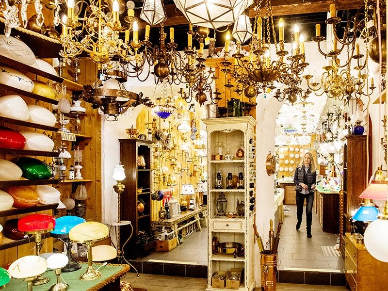 Butiken Mässingmäster i Stockholmfull av lampor