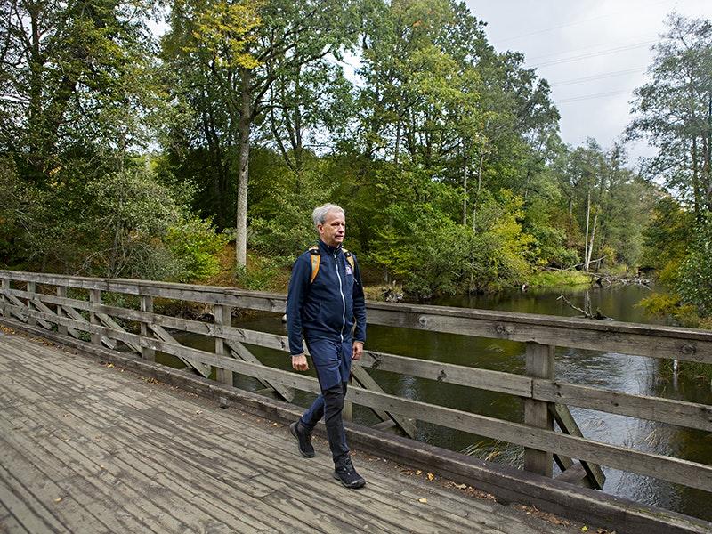 Hans Svensson går på en bro på Gotaleden
